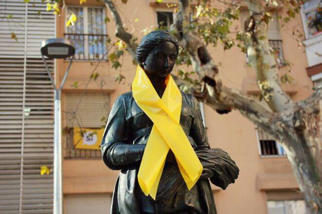 Catalan Independence in Barcelona - Big Yellow Ribbon on a Statue