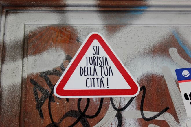 Protest Signs: Be a Tourist in Your City! (Italian)
