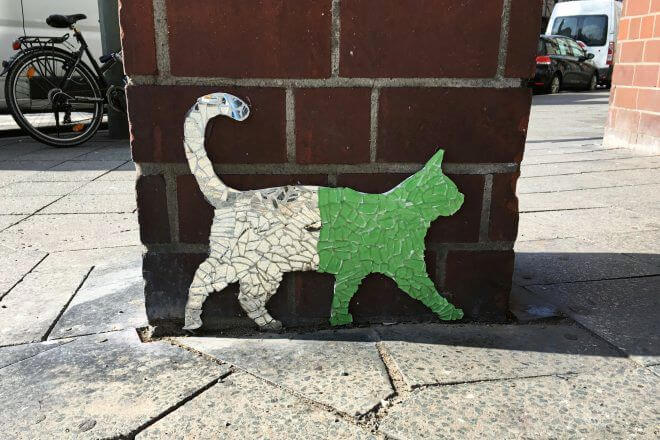 Berlin Street Art: Bicolor Cat on the Art Mile, Bülowstraße